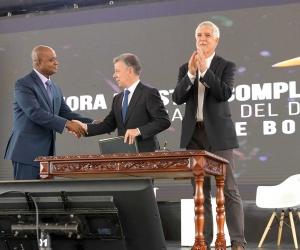 El presidente Juan Manuel Santos en la firma del decreto de la línea negra.