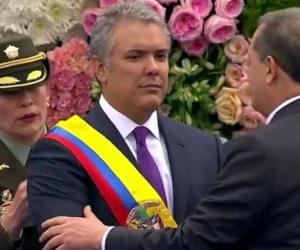 El Presidente del Congreso, Ernesto Macías, toma juramento del nuevo Presidente, Iván Duque.