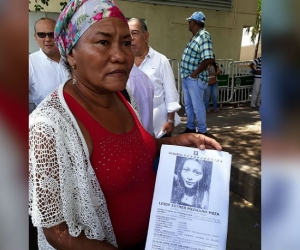 Mariela Medrano enseña la foto de su hija.
