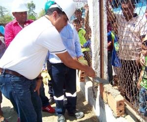 El alcalde Jairo Molina de Arco puso la primera piedra del proyecto de nuevo estadio de fútbol.