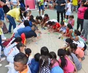 La actividad principal de la jornada consistió en pintar con vinilos de diferentes colores una silueta de un cuerpo humano dividida en varios espacios para que los niños, niñas y adolescentes.