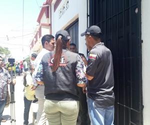 En los exteriores de la residencia del 'Nene' Pérez los agentes del CTI esperan la salida del alcalde cienaguero.