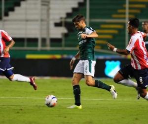 Matías Cabrera intentando superar la marca de James Sánchez y Jarlan Barrera.
