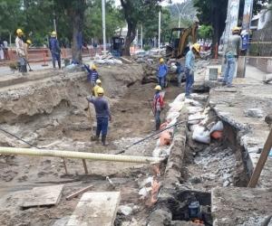 Operarios trabajan para reparar el daño.