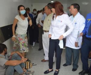 La gobernadora Rosa Cotes y el gerente del hospital Fernando Troconis atendieron las quejas de los pacientes en la unidad de urgencias.