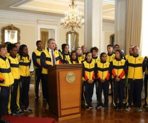 Entrega del pabellón a los atletas que irán a los Olímpicos de la Juventud.