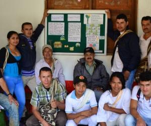 Líderes veredales de la zona alta de Minca, en Santa Marta, conformaron el comité editorial del periódico mural para organizar la información institucional y comunitaria.