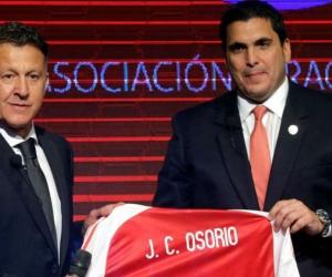 Juan Carlos Osorio recibiendo la camisa de la selección paraguaya.