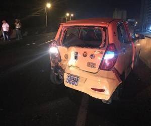 El taxi fue impactado por la parte trasera.