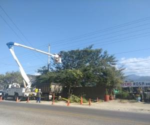 Operadores de Electricaribe reparando los daños ocasionados por la brisa.
