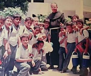 Gustavo Trujillo con los estudiantes del curso 2A en el año 1997, promoción 2006.