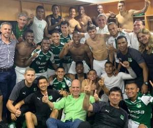 Jugadores del Deportivo Cali celebrando en el camerino.