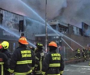 Tres personas murieron en un incendio que se produjo en medio del saqueo de un enorme supermercado.
