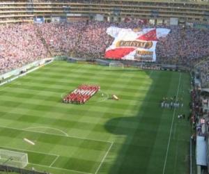 El estadio más grande de Perú, el Monumental de Lima, su capital, tiene capacidad para 80.093 espectadores y pertenece al club Universitario de Deportes.