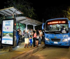 Entregan primer paradero moderno en Santa Marta