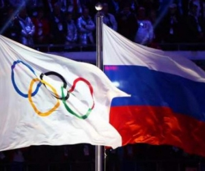 Bandera olímpica y bandera de Rusia.