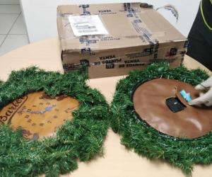 La Policía de Antinarcóticos encontró que los dos relojes navideños no coincidían con la estructura original.