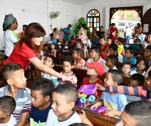 La Gobernadora Rosa Cotes llegó con la caravana de 'la felicidad' a Santa Marta.