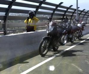 Motociclistas parquean sus motos para tomarse fotos.