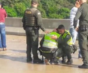 Uno de los policías llora desconsolado tras presenciar el suicidio.