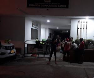 Los angustiados familiares esperan por noticias alentadoras en la estación de Policía en El Banco.