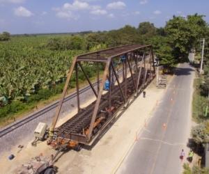 Proceso de reemplazo del puente férreo sobre el río Sevilla.