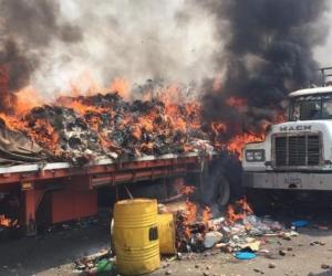 Camión con ayuda humanitaria quemado en la frontera.