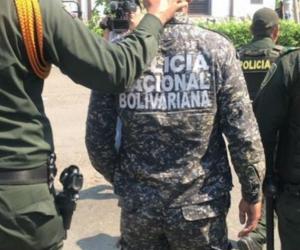 Policías colombianos acompañando a venezolanos