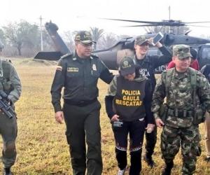 Momento en que la ganadera liberada era trasladada por la Policía y el Ejército.