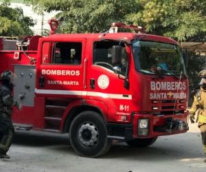 Los bomberos hicieron presencia en el lugar y extinguieron el humo, aunque ya las llaman habían sido controladas.