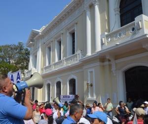 Los profesores del Distrito realizaron un plantón este jueves frente a la Alcaldía.