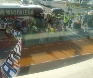 La hinchada esperó a los jugadores en el aeropuerto y los reclamos terminaron en una batalla entre aficionados y jugadores.