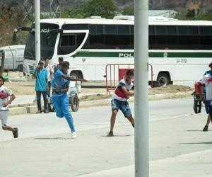 Enfrentamientos y hechos de intolerancia entre barras bravas a las afuera del estadio Sierra Nevada en Santa Marta