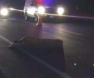 El cadáver quedó tirado en la carretera.