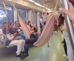 Hombre cuelga hamaba en metro de Medellín