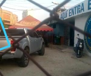 Momento en que Rafael Martínez se baja del vehículo para la reseña.