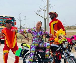 Las agrupaciones costeñas se unieron para interpretar 'Carnavalera'.