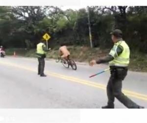 Hombre desnudo evade retén de la Policía