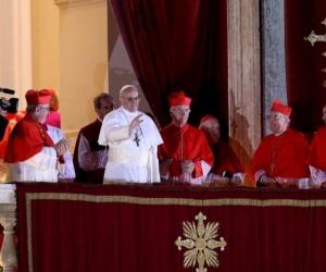 El cardenal argentino Jorge Mario Bergoglio (c) saluda desde el balcón tras ser elegido Papa en la plaza de San Pedro de la ciudad del Vaticano el 13 de marzo de 2013.