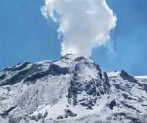 La actividad del volcán mantiene en alerta a las autoridades.