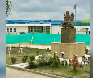 El estadio queda a metros del monumento construido en honor a los pequeños que murieron calcinados.