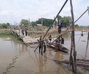 El puente artesanal colapsó y los estudiantes tienen que atravesar el caño en canoas y botes.