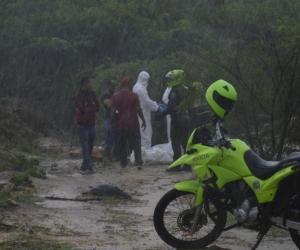 Policías en la diligencia de levantamiento del cadáver de la niña María José.