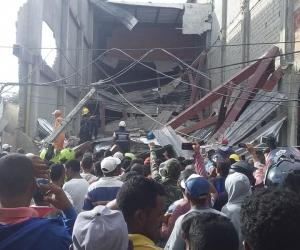 Los bomberos rescataron a siete personas dentro de la edificación y fueron víctimas de hurto.