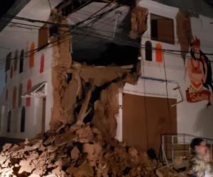 Imágenes de una vivienda destruida en Perú producto del terremoto de esta madrugada.