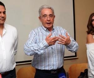 Rueda de prensa de Álvaro Uribe en el hotel Santamar.