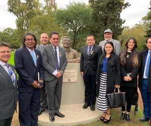 Momentos cuando era develado el busto del Nobel colombiano.