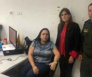 Claudia Patricia Aarón en la Fiscalía, acompañada por la Gobernadora y por el comandante Berdugo.