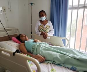 La joven paciente permanece al cuidado de su familiar en el hospital Julio Méndez Barreneche.