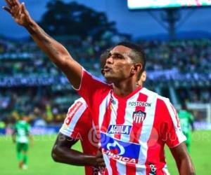 Luis Narváez celebrando el primer gol de los junioristas.